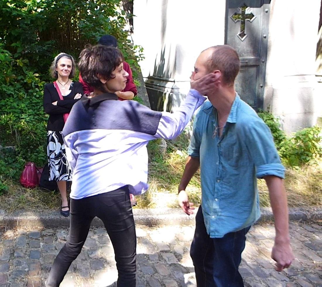 ORAN - Florian et Morgane Clerc - Hommage à Raymond Roussel - performance - 2016 - Cimetière Père-Lachaise avec Alain Snyers - © Zazoum Tcherev