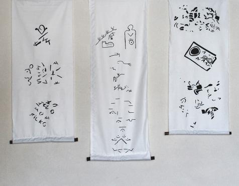 ORAN - DESSINER DES MOTS - 2018 - Installation - 10 formats - Acrylique sur tissu - moyenne 135 x 40cm
